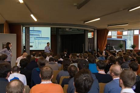 Vít Vrba přednáší o dobrodružstvích a úskalích mezinárodního internetového projektu
