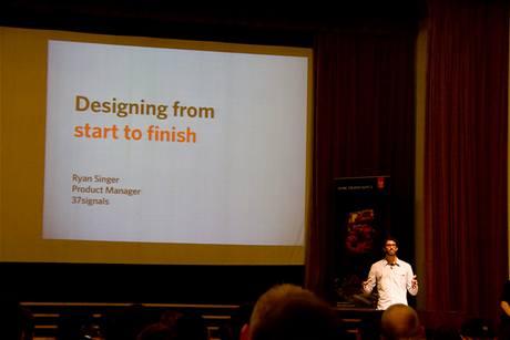 Ryan Singer (37signals) ukázal, jak je důležité postupovat při designu flexibilně a od samého počátku pracovat s použitelnými mezivýsledky
