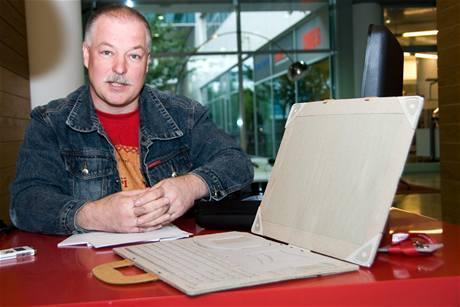 Petr Půta prezentuje svůj multifunkční kufřík