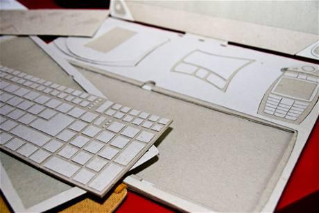 Klávesnici je možné vyměnit za alternativní rozložení - klaviaturu nebo třeba speciální hráčskou klávesnici