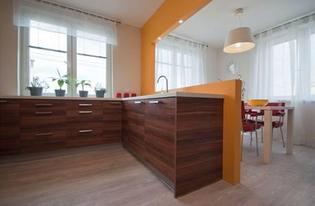 V celé kuchyni byla použita zámková vinylová podlaha