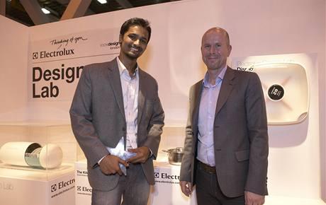 Vítěz Peter Alwin z Indie a Henrik Ott, viceprezident globálního designu Electroluxu