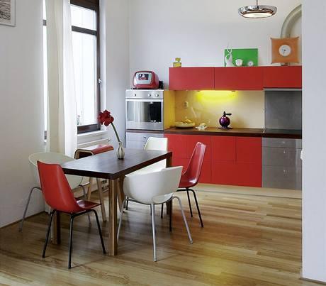 Díky vysokým stropům je v místnosti hodně světla a zbouráním příčky se otevřel prostor. V kuchyni vládnou syté barvy. Nad pracovní deskou je obklad z desek Perspex.