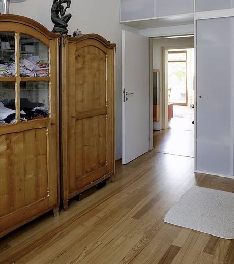 Krásné a zachovalé skříně po praprarodičích v ložnici byly vyrobeny z třešňového dřeva