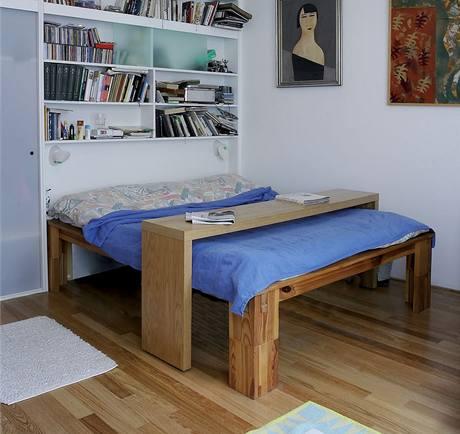 Postel si rodiče přestěhovali z původního bytu, snídaňový stolek je z IKEA, vestavěné skříně a police byly vyrobeny na zakázku, lustr ze 30. let patřil dědečkovi, obrazy jsou z rodinného dědictví