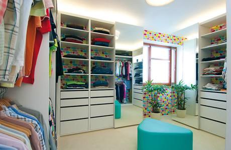 Barvy, světlo a prostor jsou hlavní atributy rozměrné šatny, které podporují také zrcadlové posuvné dveře skříní