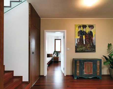 """Zrestaurovaná komoda stará 150 let je nedílnou součástí jinak moderního interiéru, stejně jako obraz """"z ulice"""""""
