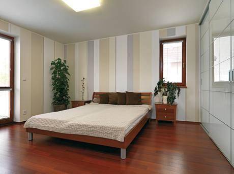 Malba v hostinském pokoji vyvažuje fakt, že tato místnost není příliš zařízena nábytkem