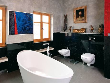 V impozantní koupelně si majitel dopřál dostatek světla