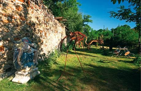 Na dv� ��sti d�l� zahradu star� ze� Kr�lovsk� obory (dnes parku Stromovka) z roku 1270