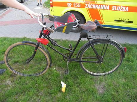 Kolo, na kterém cyklistka vezla svého syna.