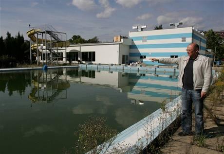 Architekt Miloš Tempír u venkovního bazénu v Zábřehu, nad jehož provozem zatím visí otazník.