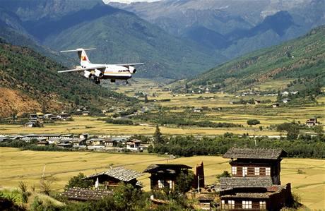 Letadlo společnosti Druk Air přistává v bhútánském Paru