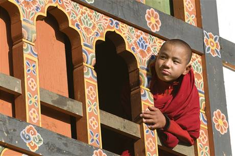 Mladý buddhistický mnich v bhútánském klášteře Gante Gompa
