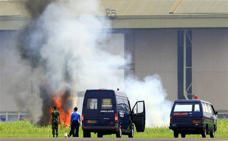 Při letecké show v indonéském Badung spadl jednomotorový stroj a okamžitě vzplál (24. září 2010)