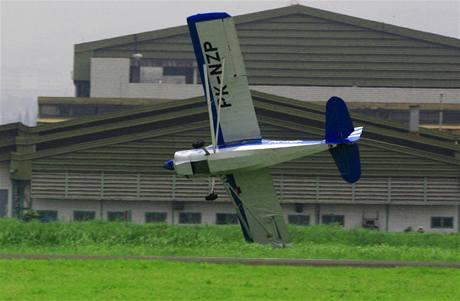 Stroj těsně před přistáním škrtl křídlem o zem (24. září 2010)