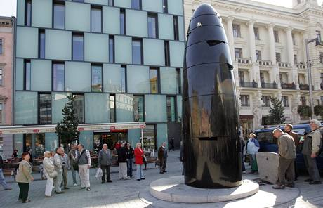 Nové hodiny a atrakce ve tvaru nábojnice na náměstí Svobody v Brně.
