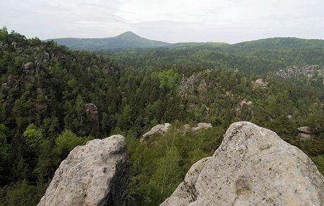Lužické hory. Pohled na Luž a skalní město Jonsdorfer Felsenstadt