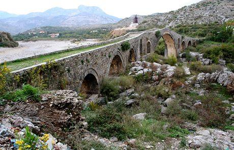 Albánie, elegantní křivky Mesského mostu poblíž obce Mes