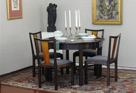 Jan Vaněk obsáhl celé spektrum bytové kultury. Interiér bydlení pojímal komplexně i s bytovými doplňky - textiliemi, potahovými látkami, stolním nádobím, sklem i uměleckými díly
