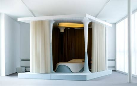 Závěsy u postele se zatahují automaticky s tím, jak klesá teplota a slábne osvětlení
