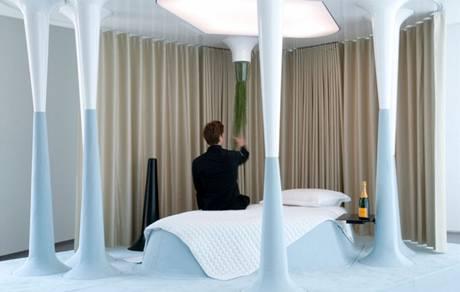 Stmívače si host zapíná sám pomocí rostlin, které visí nad postelí. Za patnáct minut zhasnou