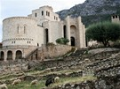 Kolos�ln� objekt Skanderbegova muzea byl zbudov�n v obdob� komunistick�ho re�imu Envera Hod�i