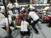 Lewis Hamilton v boxech při druhém tréninku na Velkou cenu Singapuru