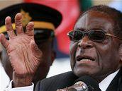 Robert Mugabe hovoří k truchlícím na pohřbu své sestry Sabriny. Před nedávnem sám vyvracel informace, že je těžce nemocný. (1. srpna 2010)