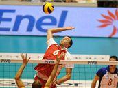 Český volejbalista Petr Konečný smečuje ve vítězném utkání s Bulharskem.
