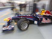 Mark Webber ze stáje Red Bull vyjíždí z boxů.