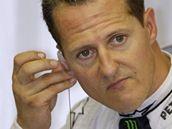Michael Schumacher před tréninkem na Velkou cenu Singapuru.