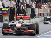 Lewis Hamilton vyjíždí na traťpři tréninku na Velkou cenu Singapuru.