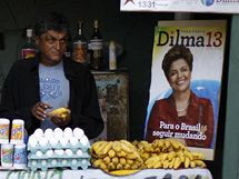 Pouliční prodavač s plakáty kandidátky na brazilskou prezidentku Dilmy Rouseffové