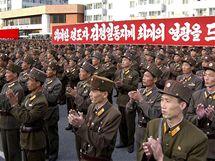 Vojáci severokorejské armády oslavují znovuzvolení Kim Čong-Ila šéfem Korejské strany práce (29. září 2010)