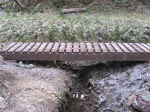 Přes vodní toky vedou nové mostky.