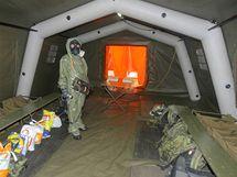 Při dvoudenním cvičení nacvičovali záchranáři na letišti v Bechyni dekontaminaci lidí zasažených radiací při simulované nehodě v jaderné elektrárně Temelín