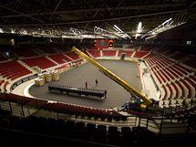 Pokládání palubovky v KV Areně pro basketbalové MS žen - sobota 25.9.2010 8.54