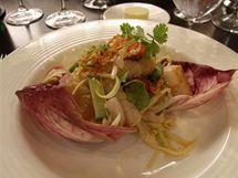 Salát z mořských plodů plný svěžích salátů