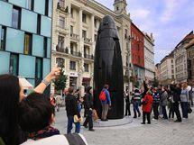 Šestimetrové hodiny z černé žuly ve tvaru nábojnice jsou novou dominantou brněnského náměstí Svobody.