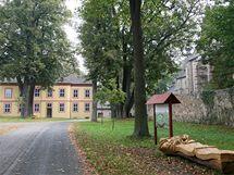 Obec Pohled na Havlíčkobrodsku kupcům nabízí celé centrum obce. Na prodej je i zámek, sokolovna i cesty a chodníky.