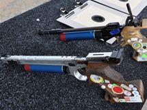 Pistole s laserovým adaptérem firmy Apeom a elektronické terče