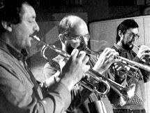 """Orchestr Gustava Broma - trumpetová sekce: (zleva) Vladimír Kreslík, Jaromír Hnilička a Josef """"Artur"""" Pavlíček"""