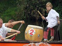 Účastníci závodu dračích lodí ve Znojmě museli ve své posádce mít bubeníka nebo bubenici i jednoho pádlujícího mladšího než dvacet let (25. září 2010)