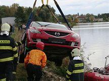 Hasiči i policejní potápěči lovili potopené auto bez registračních značek v Horní nádrži Nových Mlýnů poblíž Pasohlávek. (29. září 2010)