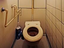 WC mísa stará 50 let měla atypický tvar, na který nebylo možné sehnat ani nové sedátko