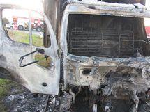 Ohořelá avia po srážce se Škodou Octavia u Bašnice na Jičínsku