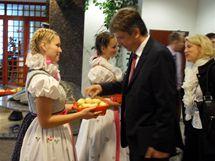 Účastníky programové konference ČSSD v Olomouci, mezi nimiž byl i brněnský primátor Roman Onderka, vítaly hostesky v lidových krojích a lidové písničky.