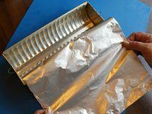 Formu na chlebíček nebo srnčí hřbet uvnitř vyložte potravinářskou fólií nebo plátem alobalu