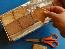 Na dno nejprve uložte pruh tmavých sušenek, stěny obložte světlými, pokládejte je vroubkovaným povrchem dolů
